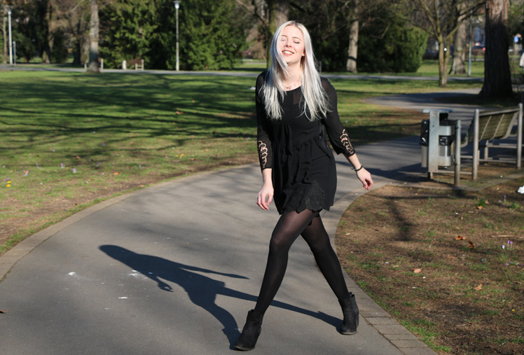 OOTD, Outfit, Park, H&M, Kleid, -dress, scharz, kleines schwarzes, park, sparklynosetwinkletoes, blog nürnbeg, blogger aus nbg, blonde, grey, graue haare, kleid inspiration, felljacke